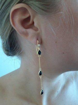 Øreringe med sorte perler.